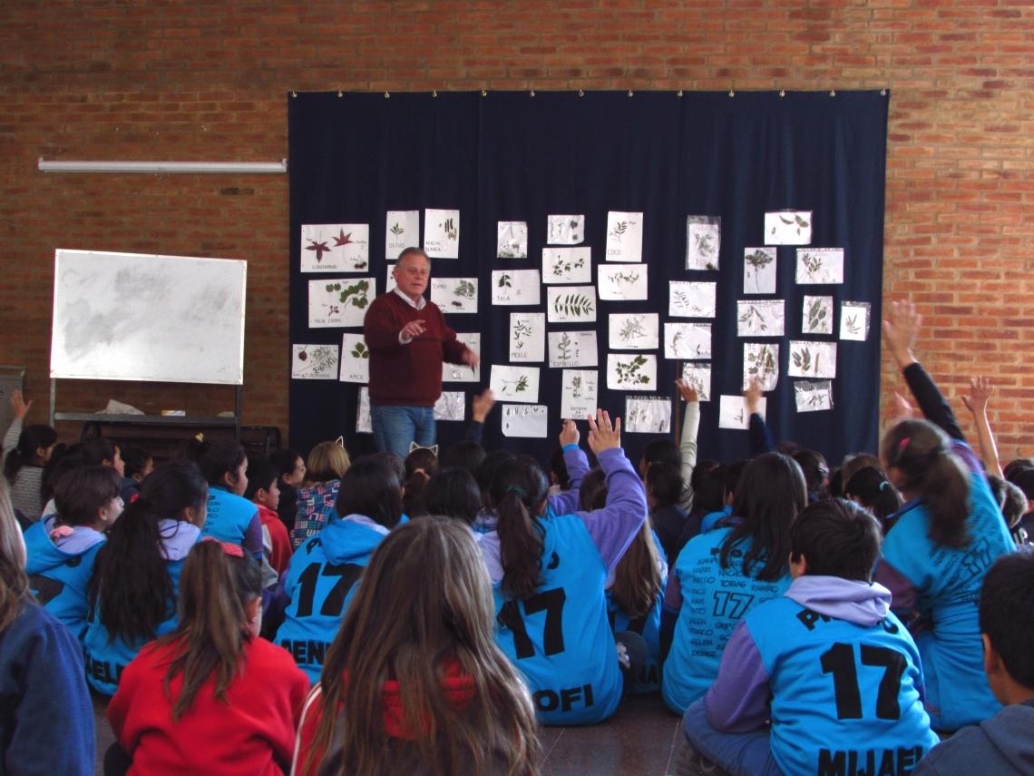 """3. Rafael pitämässä luentoa lapsille. """"Mitä puunsiemen tarvitsee itääkseen"""""""
